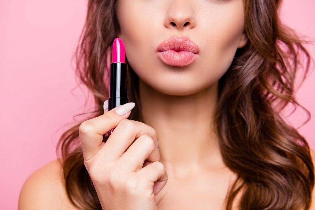 usta-kobiety-rozowa-szminka